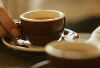 Esto le pasa a tu cerebro cuando bebes demasiado café